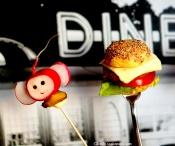 Mini-Burger und Radieschen